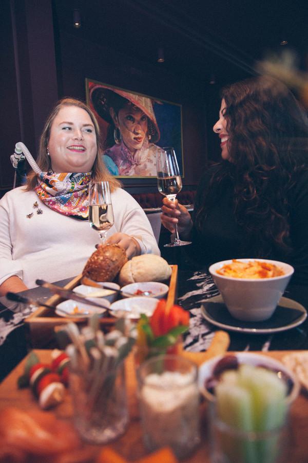 Judith en Luana in Café 't Wapen in Assen © Jefflyn Braker